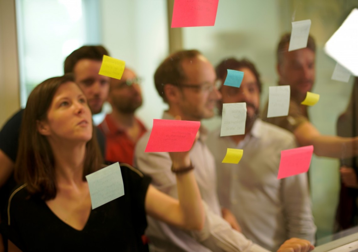 salarié·es devant mur post-it